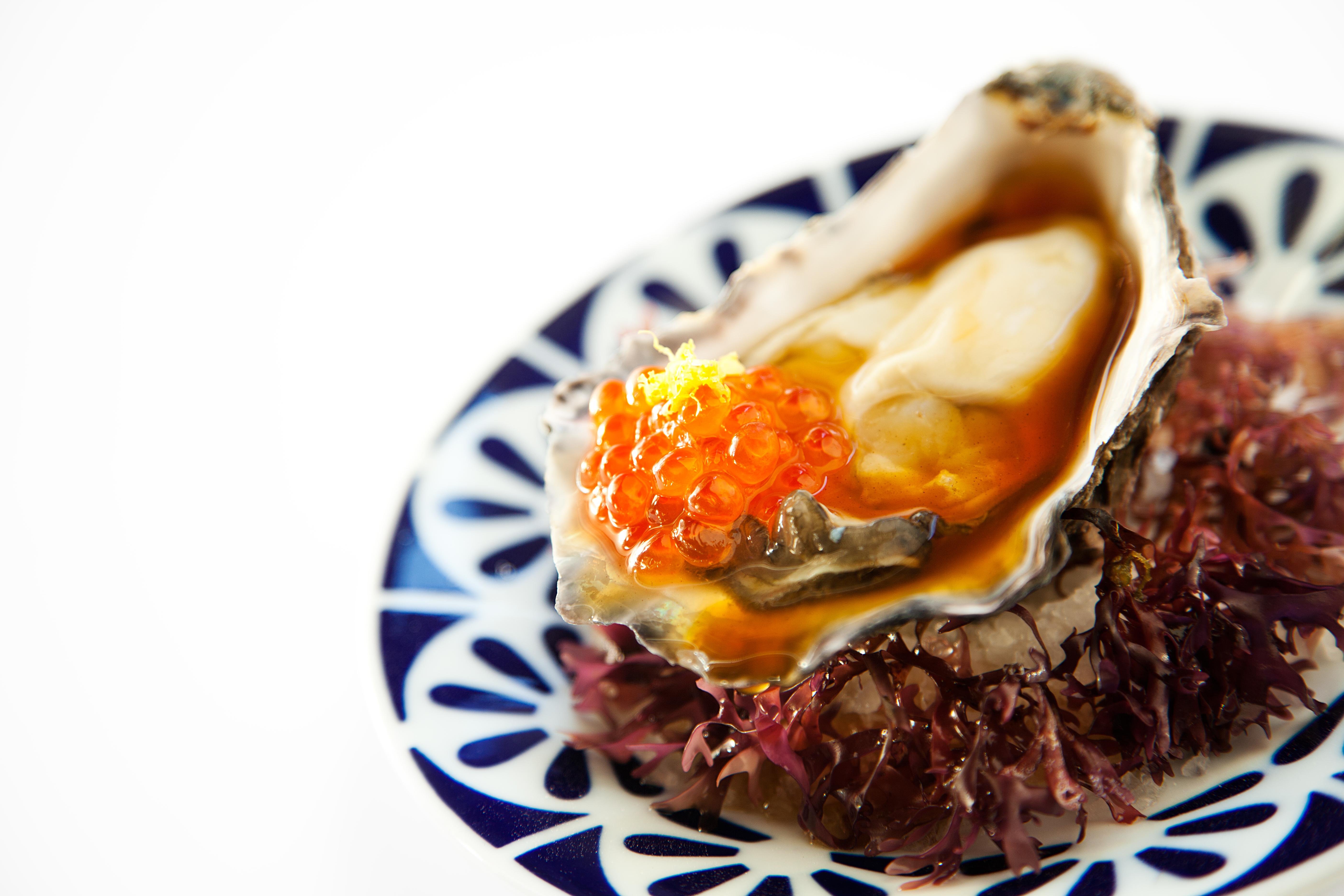 ostra con escabeche oriental y huevas de salmón