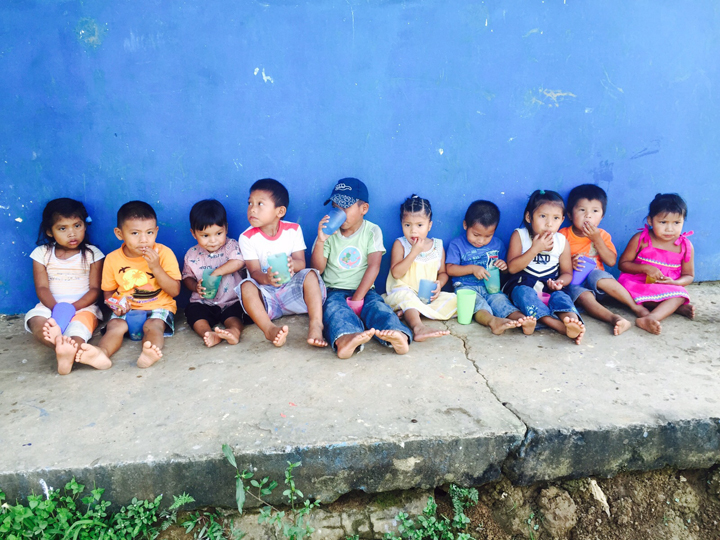 Carolina Gonçalves Give and Surf volunteer kids
