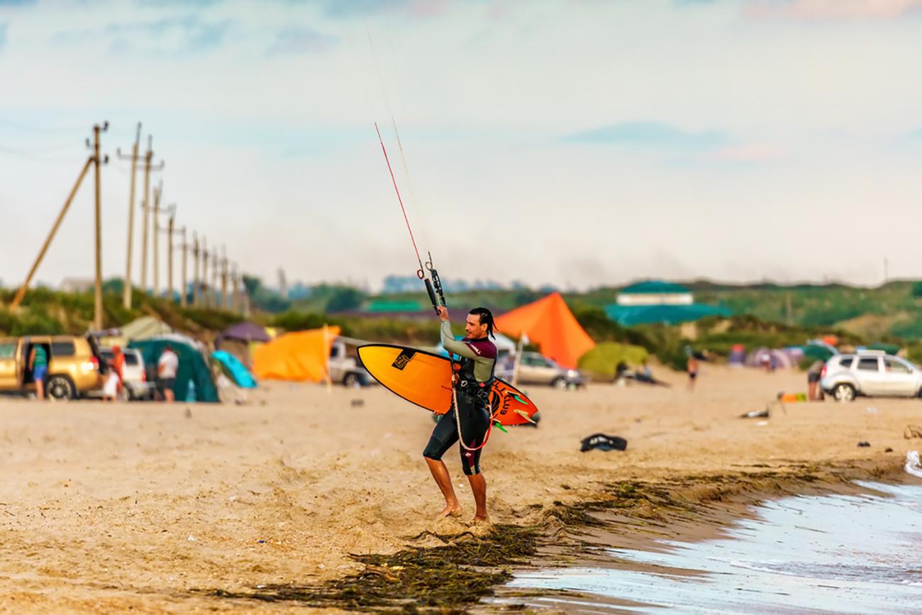 Kitesurfing.